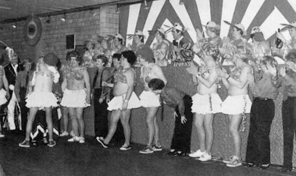 Schützenkarneval in der Gesamtschule-Süd. Das Bläsercorps als Männerbalett
